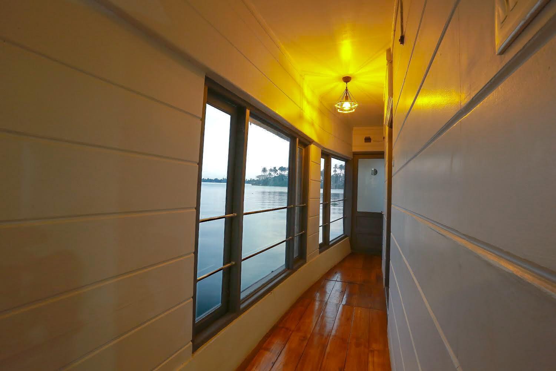Lake Royale Luxury boat house in Kerala|Alleppey Boat House